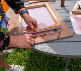 peeling the deckle from the paper pulp to leaving the paper sheet on the couching cloth